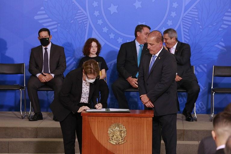 Tereza Cristina e Onyx Lorenzoni assinam protocolo para instalação de cisternas em escolas de assentamentos