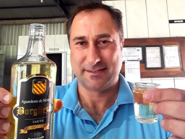Valdemir Borghezan usa a madeira Tajuva para dar à aguardente um sabor diferenciado, bebida vencedora do ouro em Bruxelas