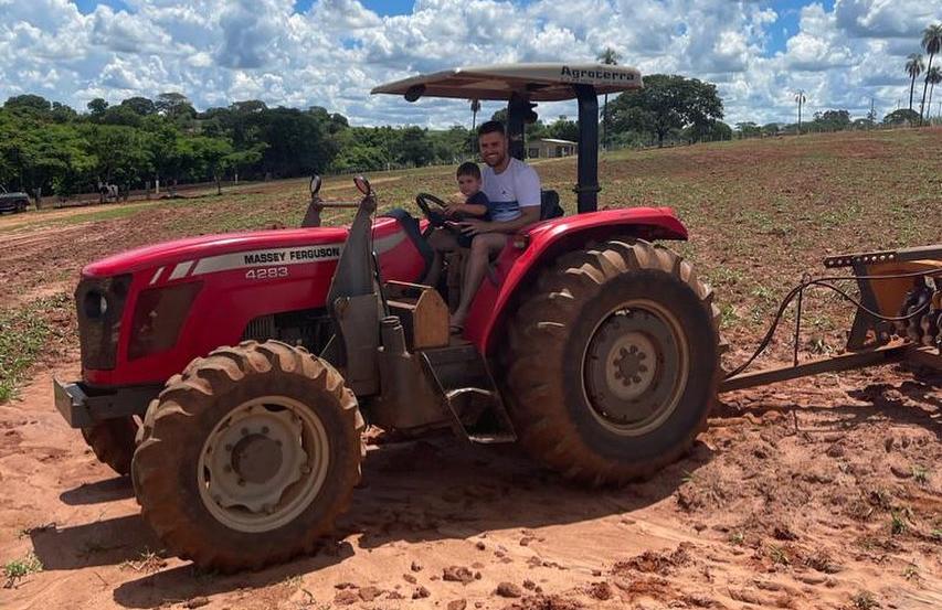 ze neto gradiando terra na fazenda