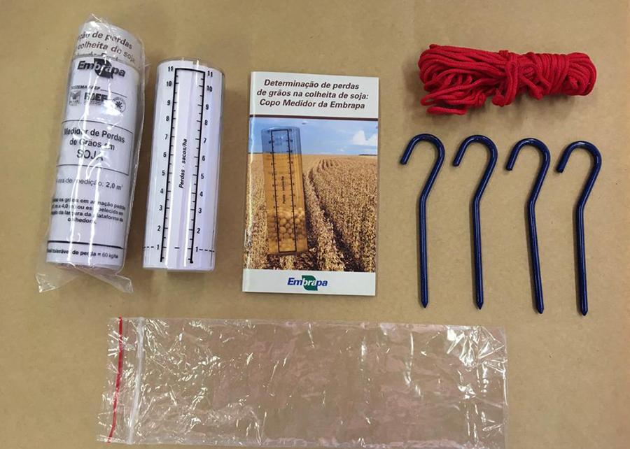 Kit de Monitoramento de Perdas na Colheita - conjunto com copo medidor, manual técnico, armação em barbante e pinos de fixação ao solo.