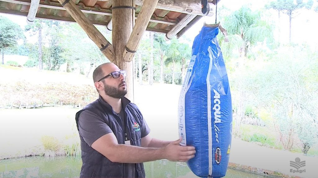 O piscicultor deve conferir se o peso da ração está de acordo com o descrito no rótulo.