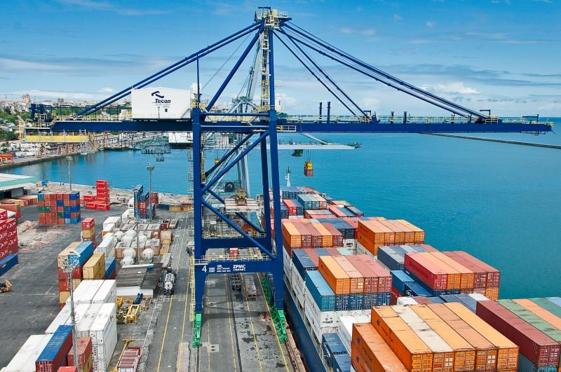 porto com navio atracado carregando containes